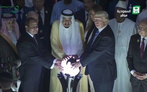 راز گوی درخشانی که ترامپ و سلمان بر روی آن دست گذاشتند!