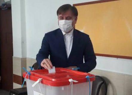 استاندار گیلان رای خود را در صندوق انداخت