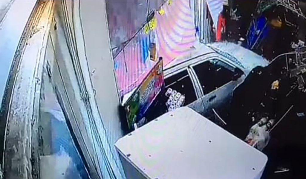 انحراف پراید و ورود آن به فروشگاهی در خیابان سعدی رشت