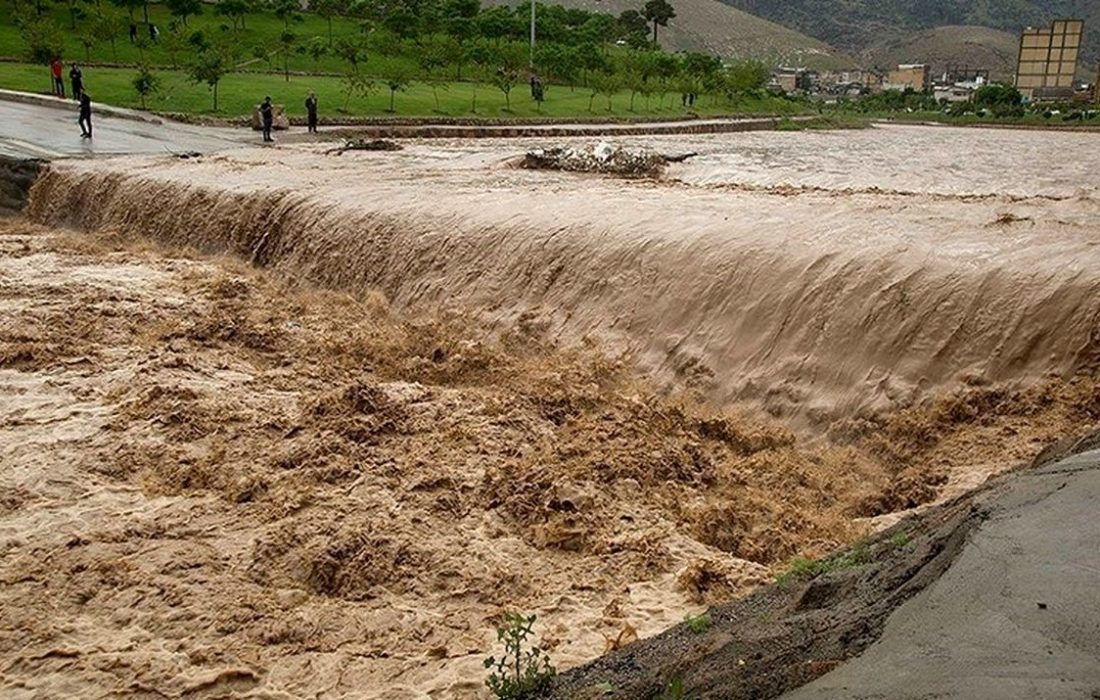 بارش شدید باران، راه ارتباطی ۴ روستای فومن را قطع کرد