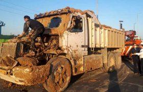 محبوس شدن راننده کامیون در خودرو در جاده رشت – قزوین